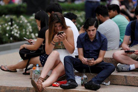 Imaginea articolului La ce să te aştepţi dacă îţi cumperi smartphone de la Samsung, Apple, Huawei sau Sony. Avantaje şi dezavantaje