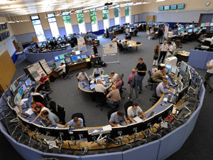 Primul fascicul de protoni a efectuat un tur complet în LHC