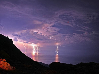 Imagini uimitoare- Fulgere lovind marea