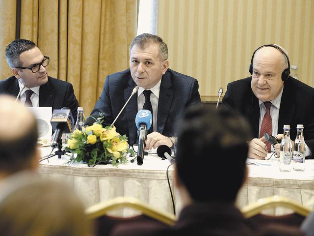 Toţi bancherii, fericiţi. La conferinţa de ieri, care a urmat semnării contractului de achiziţie, au participat Omer Tetik (stânga), directorul general al Băncii Transilvania, Horia Ciorcilă (centru), preşedintele consiliului de administraţie al băncii, şi MichaEl Mendel, deputy CEO al grupului austriac Volksbank. Foto: Mihai Dăscălescu