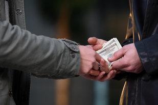 O bancă a transferat din greşeală 1,5 milioane de dolari într-un cont, iar acum nu mai poate să îi recupereze