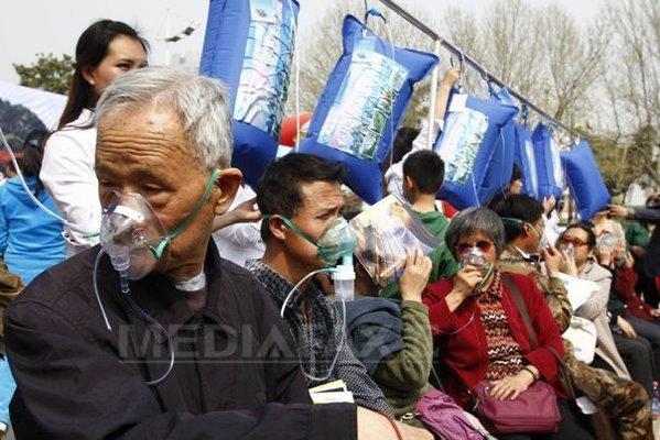 Cod roşu de poluare în Beijing. Chinezii cumpără aer curat din Canada. O sticlă de aer este de cincizeci de ori mai scumpă decât una cu apă. FOTO