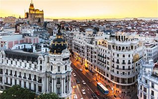 Madrid.  În oraşul spaniol cu 3 milioane de locuitori, o cană de cafea costă 1 euro, iar pentru un prânz trebuie să scoatem din buzunar 13 euro. Madridul este unul dintre cele mai ieftine oraşe europene şi găzduieşte 73 de muzee, 40 de cinematografe şi 88 de galerii de artă. Capitala Spaniei se află la 26 de km de lacul El Pardo şi la 60 de km de munţii Sierra.  Chiria unei garsoniere este de 800 de euro pe lună.