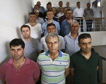 Însângeraţi, încătuşaţi şi forţaţi să stea în genunchi: Cum sunt torturaţi cei care ar fi participat la lovitura de stat eşuată din Turcia