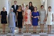 """Poza care face furori în întreaga lume: """"Prima Doamnă"""" a Luxemburgului (care este un """"el""""), alături de Primele Doamne ale şefilor de stat din NATO"""