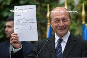 GAFA incredibilă a lui Băsescu: Fostul preşedinte şi-a făcut public fără să vrea numărul de telefon mobil şi adresa personală de e-mail