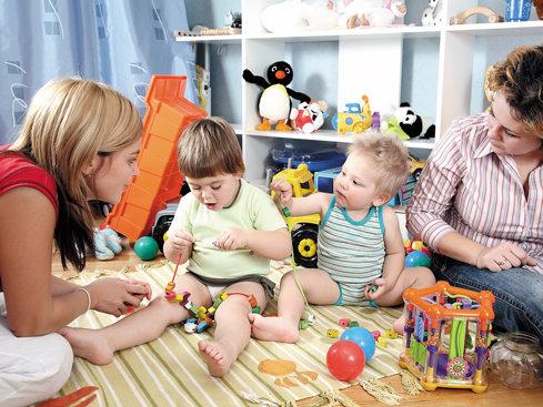 Copii fără copilărie: Fiţi cinstiţi cu dumneavoastră! Care sunt cele mai frumoase amintiri din copilărie? Mă îndoiesc că veţi pune pe primul loc reuşitele şcolare. Nu răpiţi dreptul copiilor de a se juca