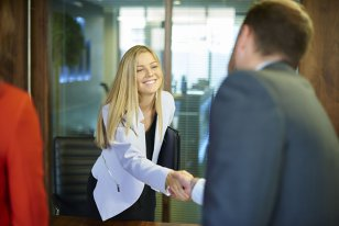 O femeie a venit la interviul de angajare la una dintre băncile de top, fără să ştie ce o aşteaptă. Când a auzit condiţiile, a avut parte de ŞOCUL vieţii ei. Ce a urmat a devenit viral