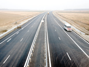 Şoferii vor putea circula din noiembrie pe o nouă autostradă. Tronsonul este aproape gata