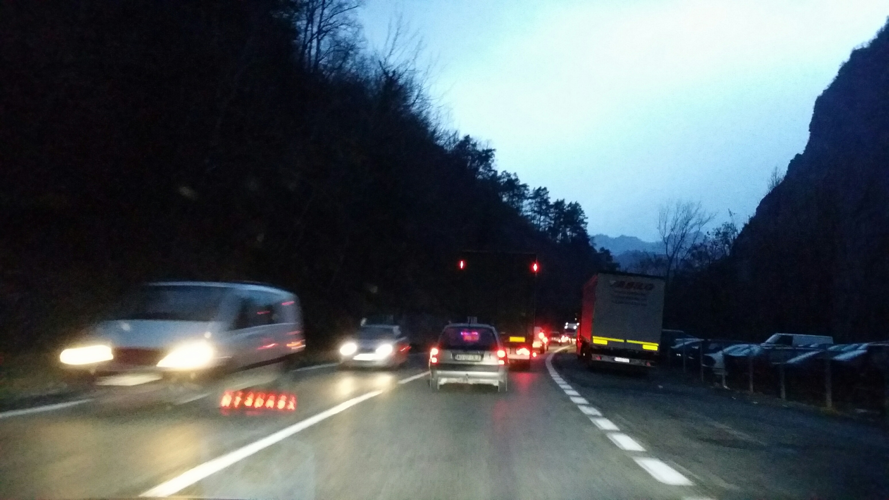 Cum arată traficul de pe Valea Oltului în lipsa unei autostrăzi. Galerie FOTO