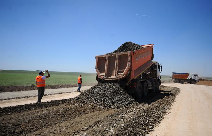 Ţara autostrăzilor virtuale: După un 2017 în care s-au deschis numai 15 km de autostradă gata de anul trecut şi s-au finalizat lucrările la 8 km pe un tronson pe care nu se poate ajunge, Ministerul Transporturilor promite în ajun de Crăciun că anul viitor vor începe proiectarea autostrăzilor pentru Moldova