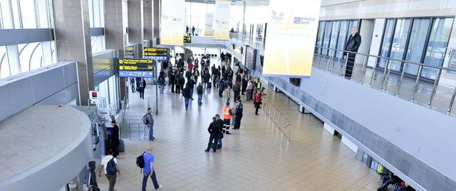 """Cât câştigă pe lună directorii de la aeroportul Otopeni, responsabili pentru dezastrul de la taxiuri, la terminalul """"Sosiri"""""""