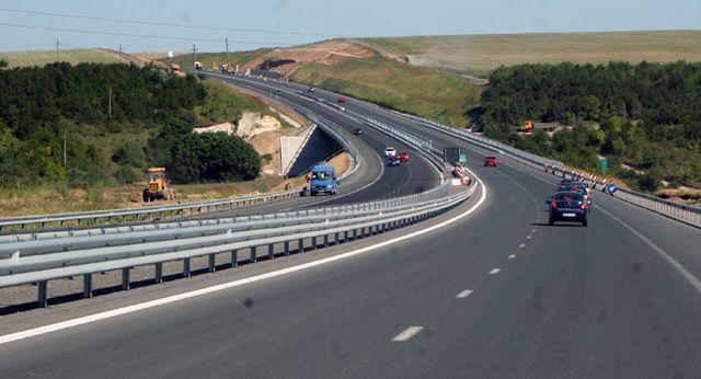 Taxă pe autostrăzile A1 şi A2, după un program de reabilitare de 250 de milioane de euro . Guvernul face parteneriate public-private ca să administreze autostrăzi construite cu bani publici. Nicio menţiune despre rovinietă