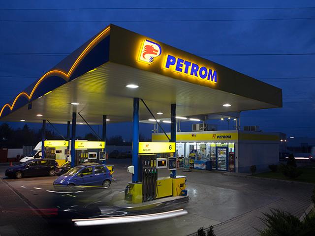 Petrom încearcă în continuare să vândă benzinării. Competitorii spun că se uită la toate opţiunile