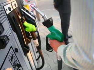 Un şofer român s-a dus să îşi facă plinul la o benzinărie. Când a ajuns la pompă a rămas MASCĂ