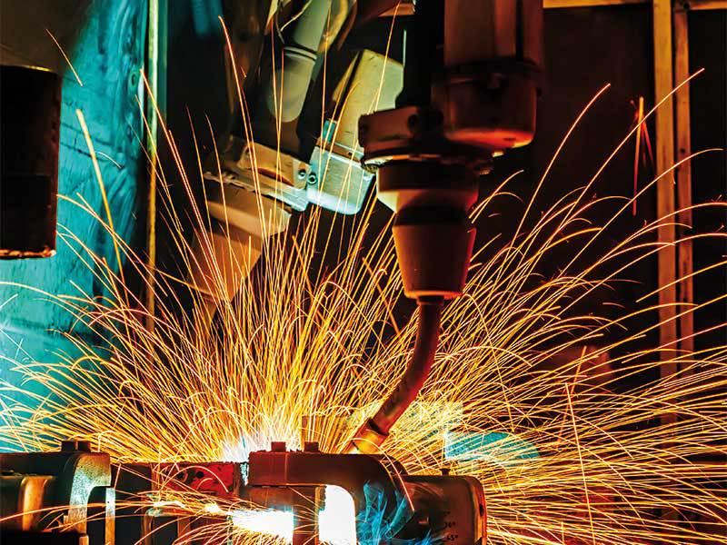 În timp ce PSD este ocupat cu luptele interne şi schimbarea premierului, producţia industrială a scăzut în aprilie cu 0,6%