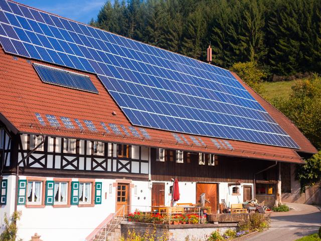 Apare o nouă specie de jucător în piaţa energiei: Panoul solar montat pe casă este automat integrat în reţea, energia este cumpărată la preţul zilei şi este scutită de taxe