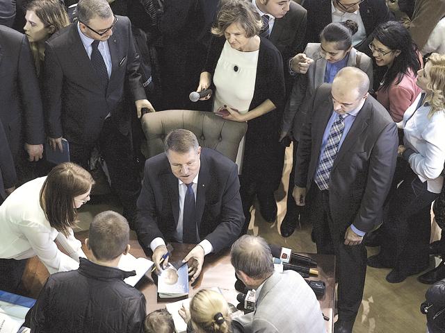 """Viziunea """"pro-business"""" pe termen lung a lui Iohannis se loveşte de o economie cu probleme imediate"""