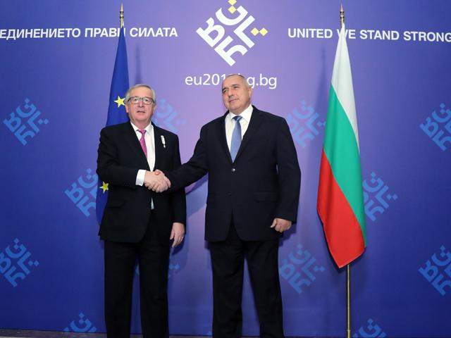 Ce poate învăţa România de la vecini: Bulgaria este prima ţară aflată sub monitorizare specială a Bruxellesului care preia preşedinţia UE. Juncker spune că are încredere că acest stat marcat de corupţie şi sărăcie va livra rezultate pozitive pentru Europa