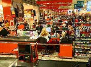 Cora închide primul magazin din România