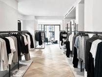 Patru branduri străine de modă intră în lupta pentru cei 3,6 miliarde de euro pe care românii îi dau pe haine şi pantofi