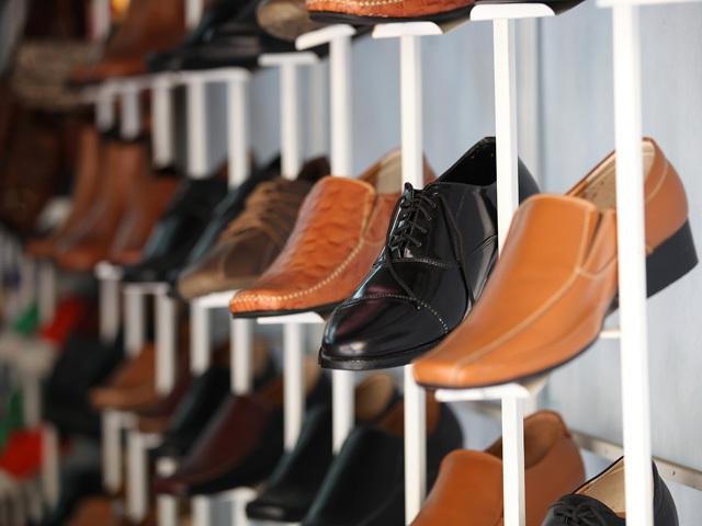 Deşi exportăm pantofi din piele, ne încălţăm cu plastic şi pânză. Românii se încalţă cu produse ieftine, deşi pe piaţa locală se realizează unii dintre cei mai scumpi pantofi din lume