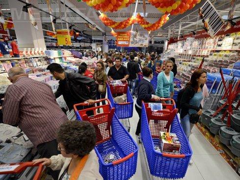 Încrederea consumatorilor români, la cote înalte. Văd excelente perspective de muncă şi bani mai mulţi