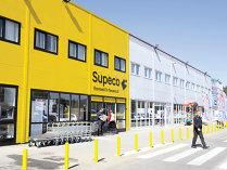 """Carrefour deschide un magazin Supeco în Focşani şi ajunge la şapte unităţi sub acest brand. """"Supeco se adresează celor care doresc să facă economii. Sunt multe produse vrac, se pot cumpăra câte 100 de grame."""""""