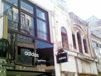 Nu prea este business de retail în Centrul Vechi: Adidas, primul retailer care a mers în centrul istoric al Bucureştiului, a tras obloanele după şapte ani