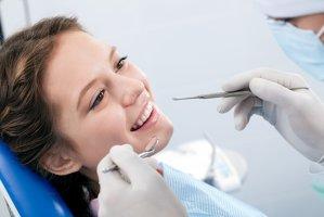 Un tânăr dentist român  şi-a cumpărat cu 60.000 de euro un cabinet la o oră de Paris. În cât timp l-a achitat?