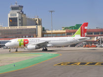 Cazul românilor blocaţi pe aeroportul din Lisabona, după ce TAP Portugal a anulat două curse: Fac bani în România din vânzarea biletelor dar nu dau nicio explicaţie