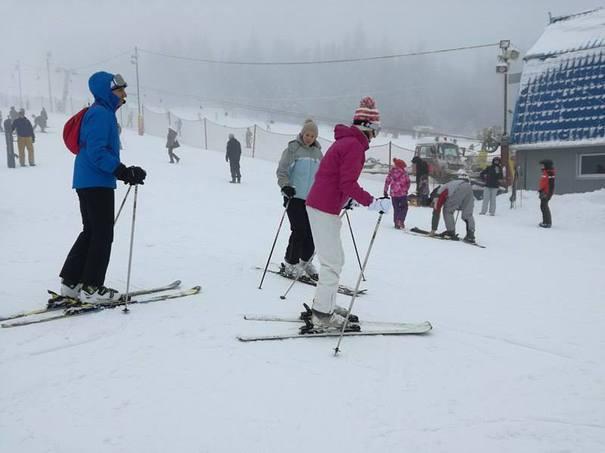 Începe sezonul de schi. Administratorul pârtiei din Vatra Dornei a construit cinci case de vacanţă şi a renovat cabana Dealul Negru