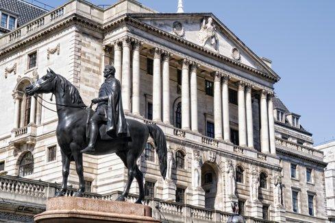 Banca Angliei le-a cerut băncilor britanice o capitalizare de 11,4 miliarde de lire pentru a-şi proteja finanţele faţă de riscurile unor credite neperformante