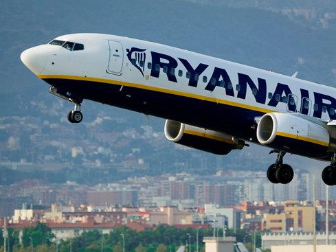 Piloţii Ryanair resping bonusul de 12.000 de lire oferit în schimbul orelor suplimentare de muncă