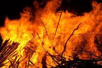 Zeci de pompieri şi un elicopter de la Aviaţie, se luptă de 24 de ore să stingă incendiul din Apuseni