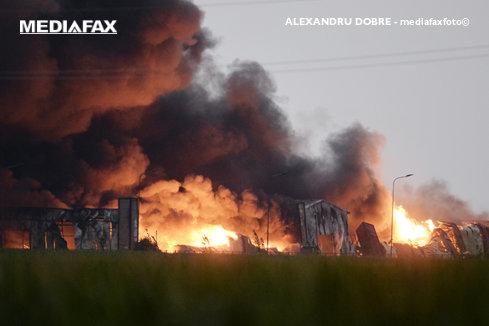 Intervenţie de 12 ore la incendiul de la Baloteşti. Focul nu a fost stins
