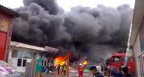UPDATE: Vaslui: Incendiu violent la un depozit de mase plastice, lacuri şi vopseluri
