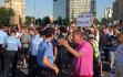 Protest cu îmbrânceli în Piaţa Victoriei: Un lider al protestatarilor a fost ridicat de jandarmi. Traficul este parţial blocat