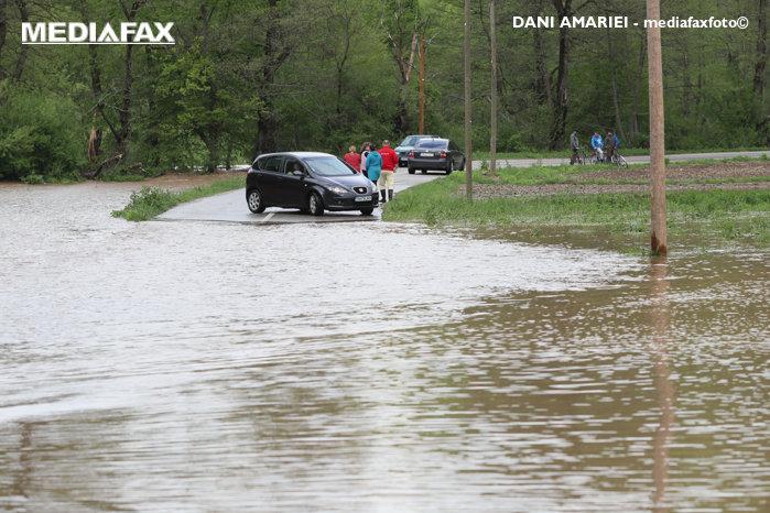 Hidrologii avertizează: Cod roşu de inundaţii pe mai multe râuri din două judeţe