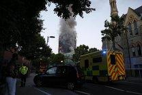 Un inginer constructor monitorizează stabilitatea clădirii cuprinse de flăcări în Londra