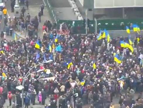 Ciocniri violente între mai mulţi demonstranţi şi poliţie, în cadrul unui protest în Kiev
