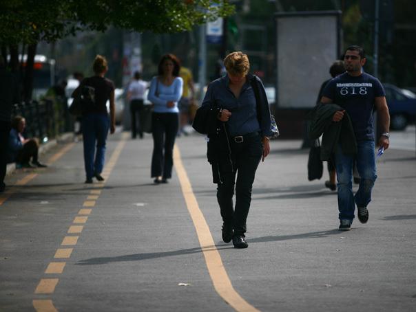 Bucureştenii din cartierul Drumul Taberei din Bucureşti au transformat trotuarele în parc