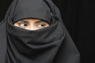 Cea mai controversată lege a intrat în vigoare în Franţa. Musulmanii sunt REVOLTAŢI