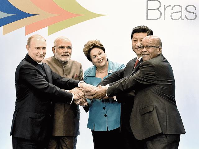 Preşedintele Rusiei Vladimir Putin (stânga), premierul Indiei Narendra Modi, preşedintele Braziliei Dilma Rousseff, preşedintele Chinei Xi Jinping şi cel al Africii de Sud Jacob Zuma la lansarea alternativei BRICS la Banca Mondială