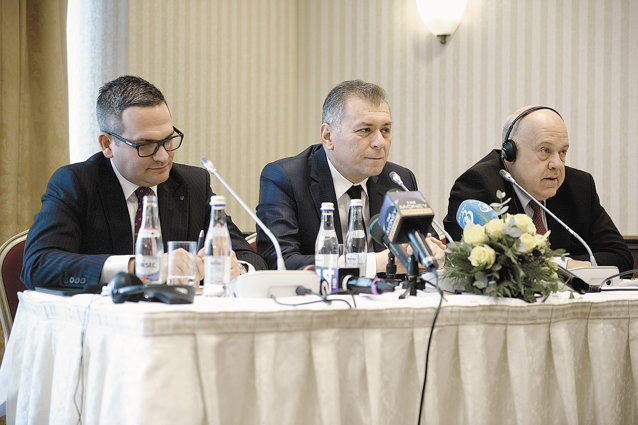 """Decembrie 2014. Banca Transilvania anunţă preluarea Volksbank. Horia Ciorcilă (în mijloc), preşedintele boardului, şi Omer Tetik (stg.), CEO, semnează afacerea """"vieţii"""" pentru Banca Transilvania. Ciorcilă mai trebuie să-şi rezolve împrumutul de la Bank of Cyprus şi se poate declara unul din marii câştigători ai crizei. Tetik, un turc născut în Germania, dar care a făcut carieră în România, are şansa de a conduce a doua bancă din România. Michael Mendel, vicepreşedinte Volksbank Austria, pune punct incursiunii în România."""