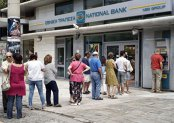 Grecia relaxează controalele de capital, în încercarea de a-i convinge pe greci să readucă din nou banii în bănci. În criza de anul trecut s-au retras din conturi peste 45 mld. euro