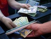 Dolarul îşi continuă prăbuşirea: Moneda americană scade sub pragul de 4,05 lei, minimul ultimelor 8 luni