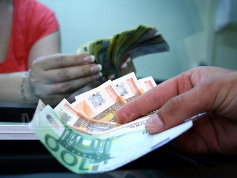 Dolarul trece iar sub pragul de 3,9 lei. Cum evoluează cursul de schimb marţi dimineaţă