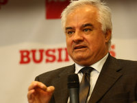 Un director din BNR avertizează din nou că poate urma restricţionarea creditării