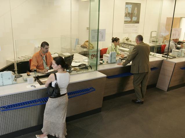 """Rata demisiei. Unu din cinci angajaţi din bănci îşi părăseşte angajatorul, la fel ca în 2008. """"Meseria de bancher nu mai e fancy. Sistemul e mai populat decât ar trebui."""" Nici salariile din bănci nu mai sunt atât de atractive"""